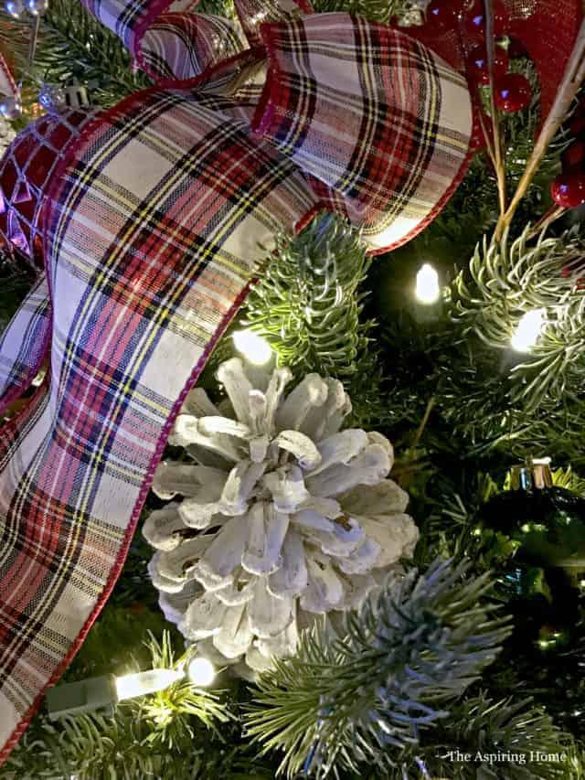 Easy DIY Christmas Ornaments Pinecone ornament